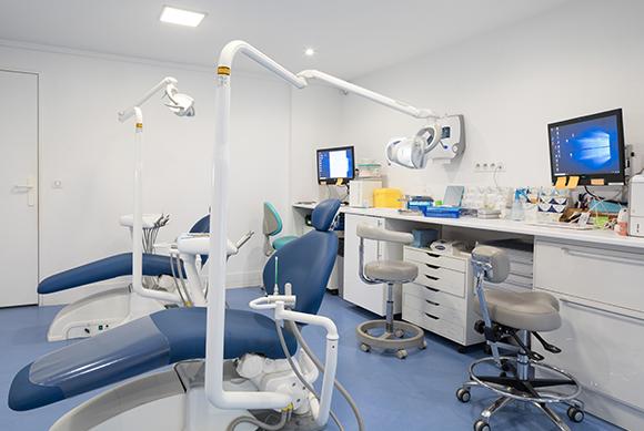 Une double fauteuil d'orthodontie